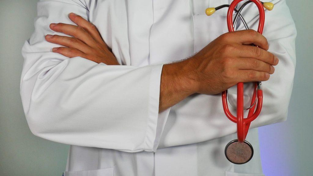 Immagine del medico con abito