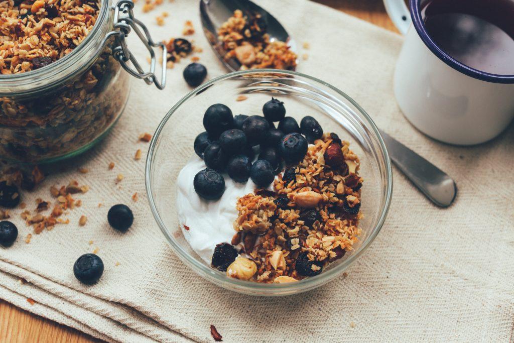 Piatto di uva passa e semi