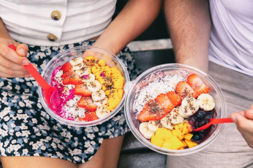 Due persone con piatto di frutta